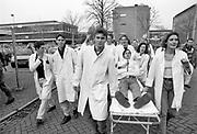 Nederland, Nijmegen, 10-9-1991Demonstratie van studenten geneeskunde, medicijnen tegen de wet op de studiefinanciering en hervormingen in het wetenschappelijk onderwijs door minister Deetman. Die kreeg te maken met grote demonstraties van studenten na de verhoging van de collegegelden en het verkorten van de studieduur. Ook het bestuursgebouw en het erasmusgebouw van de KUN, RU, katholieke universiteit, radboud, werden regelmatig bezet.Foto: Flip Franssen