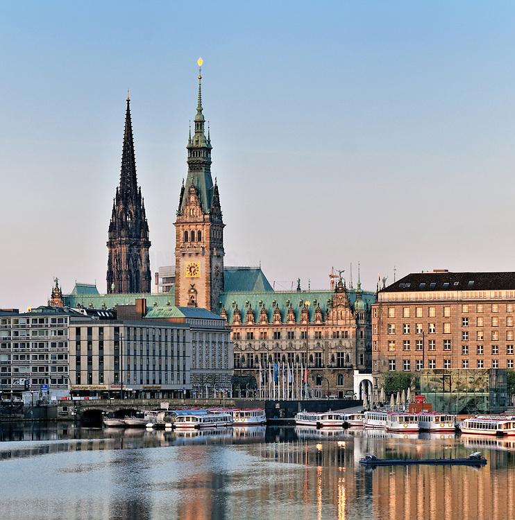 Rathaus und Nikolaikirche vor der Binnenalster mit Alsterdampfern