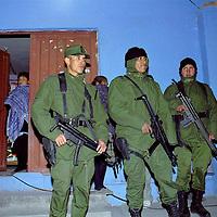 Nexapa, Méx.- Resguardo del Ejercito Mexicano de propiedades de las personas que fueron evacuadas en la comunidad de Nexapa ante la contingencia del volcán Popocatepetl. Agencia MVT / Mario Vázquez de la Torre.