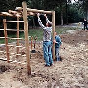 Ouders bouwen speeltoestel Kamperfoelieschool Huizen