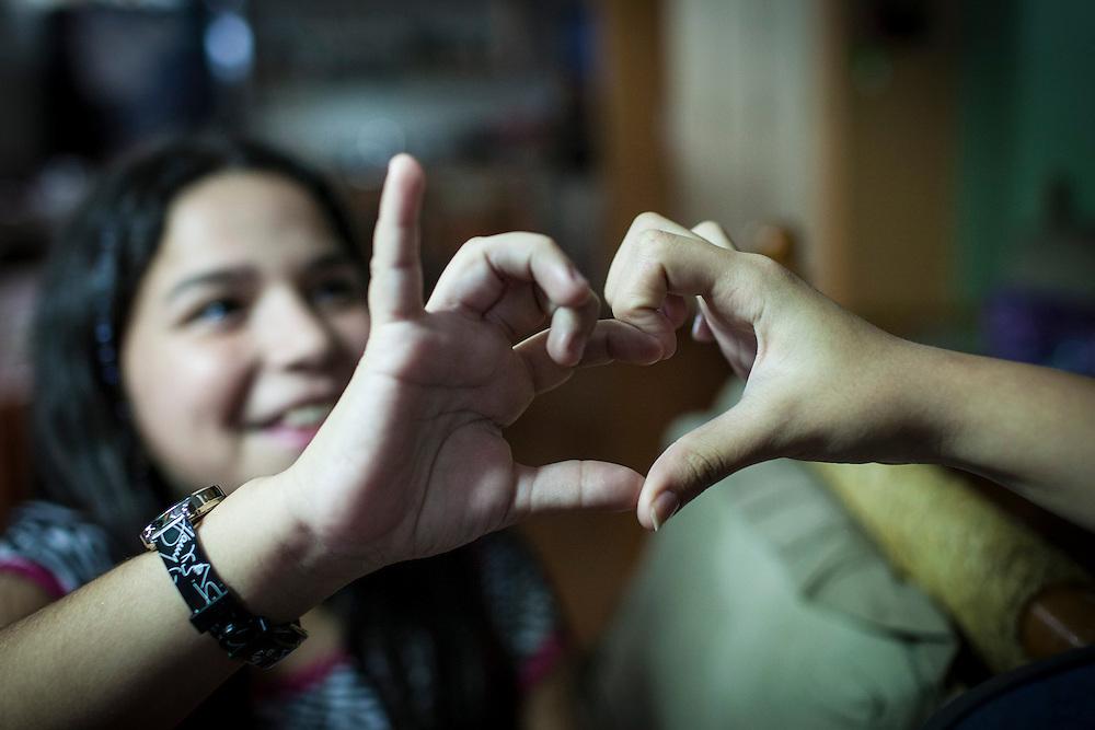 Yuliana Viloria y su prima, Valentina Mussett forman un corazón con sus manos. Gracias a FundaHigado, Yuliana recibió un trasplante de higado que le permite disfrutar de la vida. Punto Fijo, Venezuela 26 y 27 Oct. 2012. (Foto/ivan gonzalez)