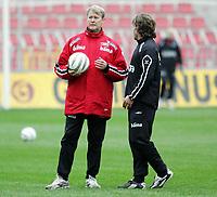 Fotball / Football<br /> Trening Norge foran Play Off mot Tsjekkia<br /> Training Norway in front of the play off match v Czech Republic<br /> Praha / Prague<br /> 15.11.2005<br /> Foto: Morten Olsen, Digitalsport<br /> <br /> Åge Hareide - coach talking to Stig Inge Bjørnebye - ass coach