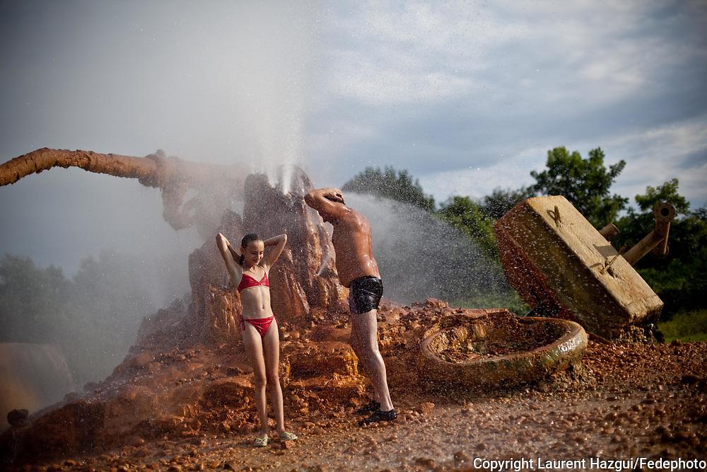 Août 2011. Abkhazie. Pays indépendant non reconnu par la communauté internationale. Source d'eau chaude naturelle. Touristes russes.