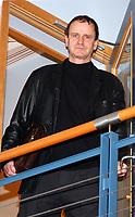 Rosenborg, brakka 181103, Direktør i Rosenborg, Nils Skutle<br />Etter et møte som varte i over 1 ½ time bekreftet Hareide at han fortsatt er trener for Rosenborg.  Han bekrefter at han har fått et skriftlig tilbud, og at forbundet vil få beskjed om hans avgjørelse i ettermiddag.<br />Her forlater Nils Skutle møtet midtveis.  Skutle er lite imponert over forbundets oppførsel i denne saken.<br /><br />Foto: Carl-Erik Eriksson, Digitalsport