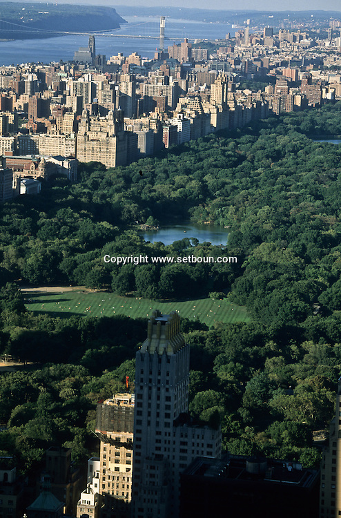 New York. elevated view on central park and the cityscape,  of central park south. the lake, in the distance the Hudson river and Washington bridge.   / panora sur central parc et la ligne des buildings de central park south. le lac. au loin le fleuve Hudon et le pont de Washington  Manhatan, New York - Etats unis