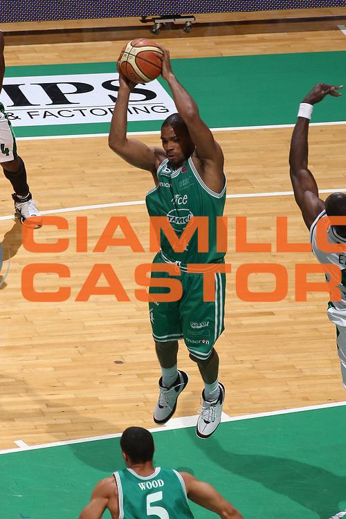 DESCRIZIONE : Siena Lega A 2008-09 Playoff Semifinale Gara 1 Montepaschi Siena Benetton Treviso<br /> GIOCATORE : SaShaun Wood<br /> SQUADRA : Benetton Treviso<br /> EVENTO : Campionato Lega A 2008-2009<br /> GARA : Montepaschi Siena Benetton Treviso<br /> DATA : 30/05/2009<br /> CATEGORIA : rimbalzo<br /> SPORT : Pallacanestro<br /> AUTORE : Agenzia Ciamillo-Castoria/C.De Massis