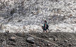 THEMENBILD - eine Frau wandert zwischen Steinlandschaft und einem Schneefeld, aufgenommen am 15. Juni 2017, Kaprun, Österreich // A woman hiking between stone landscape and a snow field on 2017/06/15, Kaprun, Austria. EXPA Pictures © 2017, PhotoCredit: EXPA/ JFK