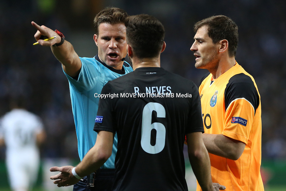Fifa referee Felix Brych in discussion with Porto's goalkeeper Iker Casillas and Juventus' Ruben Neves