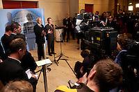 17 DEC 2004, BERLIN/GERMANY:<br /> Edmund Stoiber (L), CDU, Ministerpraesident Bayern, und Franz Muentefering (R), SPD Partei- und Fraktionsvorsitzender, waehrend einer Pressekonferenz zum Scheitern der Foederalismusreform, vor dem Protokollsaal, Deutscher Bundestag<br /> IMAGE: 20041217-02-024<br /> KEYWORDS: Bundesstaatenkommission, Franz Müntefering, Journalist, Journalisten, Kamera, Camera<br /> Kommission von Bundestag und Bundesrat zur Modernisierung der bundesstaatlichen Ordnung