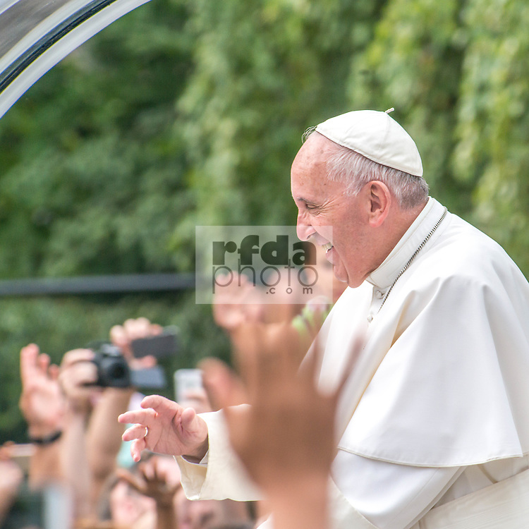 Pope Francis visits New York, passing by Central Park to greet 80.000 people.<br /> Papa Francesco visita New York, passando per il Central Park dove saluta 80.000 persone.<br /> O Papa Francisco visita Nova York, passando pelo Central Park onde sauda 80.000 pessoas.