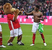 Fussball  1. Bundesliga  Saison 2016/2017  8. Spieltag  FC Bayern Muenchen - Borussia Moenchengladbach        22.10.2016 Schlussjubel FC Bayern Muenchen; Maskottchen Berni (li) mit David Alaba  (re)