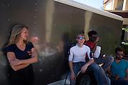 Het team praat over de val met Robert Bram. Het Human Power Team Delft en Amsterdam (HPT), dat bestaat uit studenten van de TU Delft en de VU Amsterdam, is in Amerika om te proberen het record snelfietsen te verbreken. Momenteel zijn zij recordhouder, in 2013 reed Sebastiaan Bowier 133,78 km/h in de VeloX3. In Battle Mountain (Nevada) wordt ieder jaar de World Human Powered Speed Challenge gehouden. Tijdens deze wedstrijd wordt geprobeerd zo hard mogelijk te fietsen op pure menskracht. Ze halen snelheden tot 133 km/h. De deelnemers bestaan zowel uit teams van universiteiten als uit hobbyisten. Met de gestroomlijnde fietsen willen ze laten zien wat mogelijk is met menskracht. De speciale ligfietsen kunnen gezien worden als de Formule 1 van het fietsen. De kennis die wordt opgedaan wordt ook gebruikt om duurzaam vervoer verder te ontwikkelen.<br /> <br /> The Human Power Team Delft and Amsterdam, a team by students of the TU Delft and the VU Amsterdam, is in America to set a new  world record speed cycling. I 2013 the team broke the record, Sebastiaan Bowier rode 133,78 km/h (83,13 mph) with the VeloX3. In Battle Mountain (Nevada) each year the World Human Powered Speed Challenge is held. During this race they try to ride on pure manpower as hard as possible. Speeds up to 133 km/h are reached. The participants consist of both teams from universities and from hobbyists. With the sleek bikes they want to show what is possible with human power. The special recumbent bicycles can be seen as the Formula 1 of the bicycle. The knowledge gained is also used to develop sustainable transport.