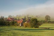 Morgenstimmung mit Nebel, Weiler bei Güttersbach, Mossautal, Odenwald, Naturpark Bergstraße-Odenwald, Hessen, Deutschland | landscape with fog, village near Güttersbach, Mossautal, Odenwald, Hesse, Germany