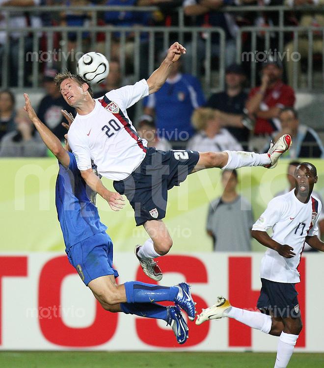 Fussball WM 2006  Gruppenspiel  Vorrunde  Gruppe C Italien - USA Gennaro Gattuso (ITA,li) gegenn Brian Mc Bride (USA,mitte) beobachtet von DaMarcus Beasley (USA,re)