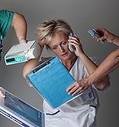 Historien er, at læger og sygeplejersker på Skejby har målt, hvad de reelt bruger deres tid på. De har talt om, hvad de helst vil slippe for af opgaver, og hvad de kan gøre bedre for at optimere tiden. En ting, de fandt ud af, var, at de brugte en masse tid på at blive forstyrret hele tiden, og det førte til at de fik produceret disse t-shirts.