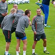 NLD/Katwijk/20110808 - Training Nederlands Elftal voor duel Engeland - Nederland, Rafael van der Vaart, Dirk Kuyt, John Heitinga en Wesley Sneijder dollen met elkaar