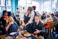 Den Haag,  maart 2018<br /> Minister Hugo de Jonge van Volksgezondheid, Welzijn en Sport steekt de hand uit de mouwen in het Buurthuis van de Toekomst De Sprong tijdens NLDoet.<br /> <br /> Foto: Ministerie van VWS/Phil Nijhuis