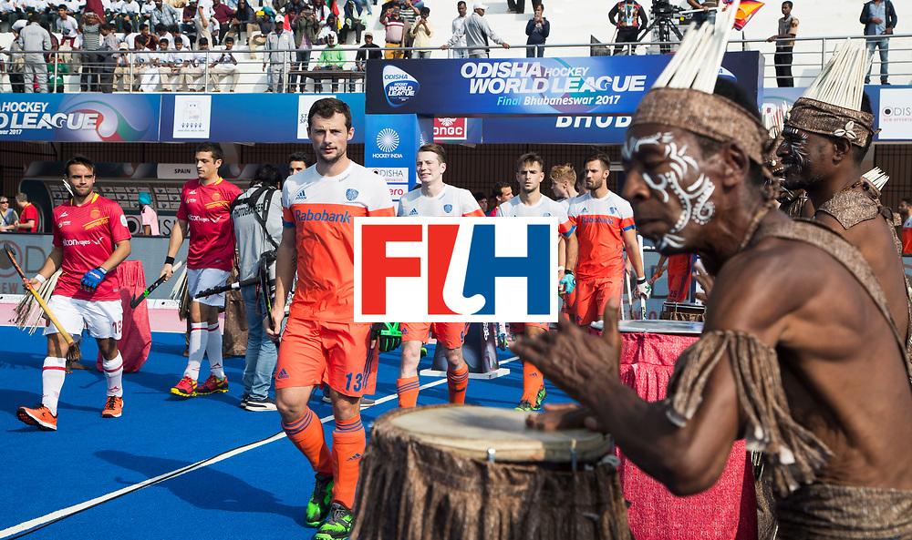 BHUBANESWAR -  opkomst van de Nederlandse team, Sander Baart (Ned) , Seve van Ass (Ned) , Tristan Algera (Ned) , Martijn Havenga (Ned)  met tromgeroffel  voor  de Hockey World League Final wedstrijd Nederland-Spanje .  COPYRIGHT  KOEN SUYK