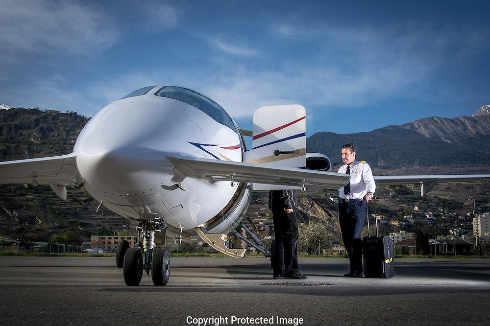 LE TEMPS<br /> Nicolas Ducommun, pilote, et son avion sur l'a&eacute;roport de Sion le 2 avril 2014.<br /> Aviation priv&eacute;e, jet h&eacute;licopt&egrave;re, tarmac, <br /> (Photo-genic/ Olivier Maire)