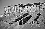 Rasvinkel bildad i Brunkebergsåsen under bortgrävning för bygget av Sergels torg. Husen ovanpå troligen vid Mäster Samuelsgatan (någon som kan korrigera vänligen hör av er).
