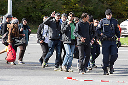 20.10.2015, Grenzübergang, Spielfeld, AUT, Flüchtlinge in Spielfeld, im Bild Flüchtlinge werden von der Polizei ins Sammelzentrum begleitet // Refugees beeing guided to the camp by Austrian police at the slovenian/austrian border, Austria on 2015/10/20, EXPA Pictures © 2015, PhotoCredit: EXPA/ Erwin Scheriau