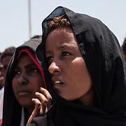 """ragazze eritree durante la manifestazione """"non finger print"""" a Lampedusa"""