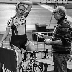 28-12-2014: Wielrennen: NK Baanwielrennen: Apeldoorn Winanda Spoor in gesprek met Dan Rolandus