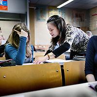 Nederland,Alkmaar ,30 oktober 2008..Student docent Scheikunde Kim geeft uitleg tijdens de les.