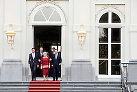 Nederland. Den Haag, 14 oktober 2010<br /> Het eerste kabinet Rutte op de trappen van paleis Huis ten Bosch met koningin Beatrix, na de beediging.<br /> Ministerie van Algemene Zaken<br /> Premier, Minister-president Mark Rutte (VVD)<br /> Ministerie van Binnenlandse Zaken<br /> Minister Piet Hein Donner (CDA)<br /> Ministerie van Buitenlandse Zaken<br /> Minister Uri Rosenthal (VVD)<br /> Ministerie van Defensie<br /> Minister Hans Hillen (CDA)<br /> Ministerie van Veiligheid en Justitie<br /> Minister Ivo Opstelten (VVD)<br /> Ministerie van Volksgezondheid, Welzijn en Sport<br /> Minister Edith Schippers (VVD)<br /> Ministerie van Infrastructuur, Ruimtelijke Ordening en Milieu<br /> Minister Melanie Schultz van Haegen (VVD)<br /> Ministerie van Economische Zaken, Landbouw en Innovatie<br /> Vice premier Minister Maxime Verhagen (CDA)<br /> Ministerie van Onderwijs, Cultuur en Wetenschappen<br /> Minister Marja van Bijsterveldt (CDA)<br /> Minister voor Immigratie en Asielzaken<br /> Minister zonder portefeuille Gerd Leers (CDA)<br /> Ministerie van Financien<br /> Minister Jan Kees de Jager (CDA)<br /> Ministerie van Sociale Zaken en Werkgelegenheid<br /> Minister Henk Kamp (VVD)<br /> Kabinetsformatie; Politiek; Bordesscene; presentatie nieuwe kabinet; traditie; Rutte 1, Rutte I, beediging van het nieuwe kabinet; Regering, Staatsieportret Ministers; ministersploeg; bewindspersonen; bewindslieden; monarchie; democratie, eerste kabinet Rutte, koningin Beatrix, bordesfoto<br /> Foto Martijn Beekman<br /> NIET VOOR TROUW, AD, TELEGRAAF, NRC EN HET PAROOL