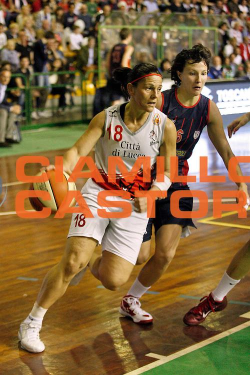 DESCRIZIONE : Lucca Lega A1 2011-12 Femminile Le Mura Lucca Vs Cras Taranto Playoff gara 4<br /> GIOCATORE : Gentile Immacolata<br /> SQUADRA : Le Mura Lucca<br /> EVENTO : Campionato Lega A1 femminile 2011-2012 Playoff gara 4<br /> GARA : Le Mura Lucca Cras Taranto<br /> DATA : 26/04/2012<br /> CATEGORIA : Palleggio<br /> SPORT : Pallacanestro<br /> AUTORE : Agenzia Ciamillo-Castoria/Stefano D'Errico<br /> Galleria : Lega Basket A2 2011-2012 <br /> Fotonotizia : Lucca Lega A1 2011-12 Femminile Le Mura Lucca Vs Cras Taranto Playoff gara 4<br /> Predefinita :