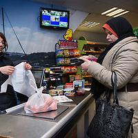 Nederland, Amsterdam, 2 februari 2016.<br /> Mona Ghadir uit de Transvaalbuurt doet boodschappen in de Pretoriastraat om falaffel te maken.<br /> Op de foto: Egyptische product in de Turkse winkel Karaman Kasabi in de Pretoriastraat.<br /> <br /> Reportage of egyptian Mona Ghadir living in Amsterdam. Today she shops for ingredients and prepares typical egyptian dishes. <br /> <br /> Foto: Jean-Pierre Jans