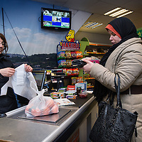 Nederland, Amsterdam, 2 februari 2016.<br /> Mona Ghadir uit de Transvaalbuurt doet boodschappen in de Pretoriastraat om falaffel te maken.<br /> Op de foto: Egyptische product in de Turkse winkel Karaman Kasabi in de Pretoriastraat.<br /> <br /> Reportage of egyptian Mona Ghadir living in Amsterdam. Today she shops for ingredients and prepares typical egyptian dishes. <br /> <br /> Foto: Jean-Pierre Jans