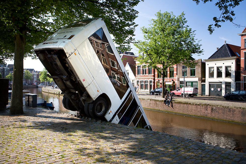 Groningen 21/5/2008 Bus te water geraakt bij Hoge der A. foto: Pepijn van den Broeke
