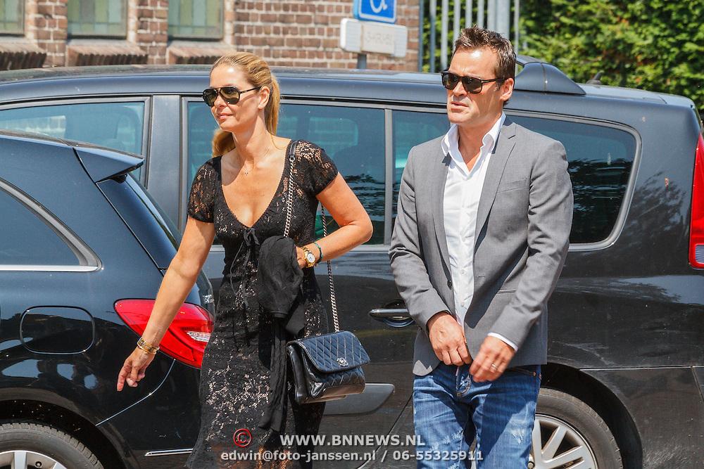 NLD/Volendam/20150703 - Uitvaart Jaap Buijs, aankomst Jeroen van der Boom en partner Dani de Wit