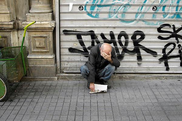 Turkije, Istanbul, 4-6-2011Een bedelaar bedekt zijn gezicht om niet herkenbaar gefotografeerd te worden.Foto: Flip Franssen
