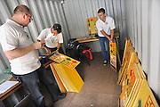 Nederland, Nijmegen, 15-7-2012Vrijwilligers, medewerkers, van de 4daagse sorteren de routeborden voor de wandeldagen. Per dag moeten de ongeveer 120 borden gesorteerd en opgehangen worden om de wandelaars van de verschillende afstanden de goede kant op te wijzen.Foto: Flip Franssen/Hollandse Hoogte