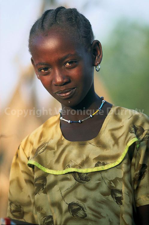 KUNAMA young girl near Barentu, Erytrea //JEUNE FILLE ERYTHREENNE DE L ETHNIE KUNAMA DANS LA REGION DE BARENTU, ERYTHREE En Erythree, on compte neuf groupes d'ethnies possedant leur langue vernaculaire : tigrigna, tigre, arabe, afar, saho, bilen, bedja, kunama, nar, ces deux dernieers groupe faisant partie des -erythreens noirs-. Les kunama seraient environ 64 000(soit 2 % de la population) etablis a l'ouest, dans la province du Gash-Barka, entre le Gash et le Setit, ou ils pratiquent l'agriculture et l'elevage. Quelques-uns se sont convertis au christianisme, d'autres a l'islam, mais il semble que beaucoup d'entre eux aient conserve leur ancienne religion animiste. En Erythree, on compte neuf groupes d'ethnies possedant leur langue vernaculaire : tigrigna, tigre, arabe, afar, saho, bilen, bedja, kunama, nar, ces deux dernieers groupe faisant partie des -erythreens noirs-. Les kunama seraient environ 64 000(soit 2 % de la population) etablis a l'ouest, dans la province du Gash-Barka, entre le Gash et le Setit, ou ils pratiquent l'agriculture et l'elevage. Quelques-uns se sont convertis au christianisme, d'autres a l'islam, mais il semble que beaucoup d'entre eux aient conserve leur ancienne religion animiste.