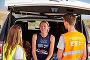 Aniek Rooderkerken praat met haar trainers. Het Human Power Team Delft en Amsterdam, dat bestaat uit studenten van de TU Delft en de VU Amsterdam, is in Amerika om tijdens de World Human Powered Speed Challenge in Nevada een poging te doen het wereldrecord snelfietsen voor vrouwen te verbreken met de VeloX 7, een gestroomlijnde ligfiets. Het record is met 121,44 km/h sinds 2009 in handen van de Francaise Barbara Buatois. De Canadees Todd Reichert is de snelste man met 144,17 km/h sinds 2016.<br /> <br /> With the VeloX 7, a special recumbent bike, the Human Power Team Delft and Amsterdam, consisting of students of the TU Delft and the VU Amsterdam, wants to set a new woman's world record cycling in September at the World Human Powered Speed Challenge in Nevada. The current speed record is 121,44 km/h, set in 2009 by Barbara Buatois. The fastest man is Todd Reichert with 144,17 km/h.
