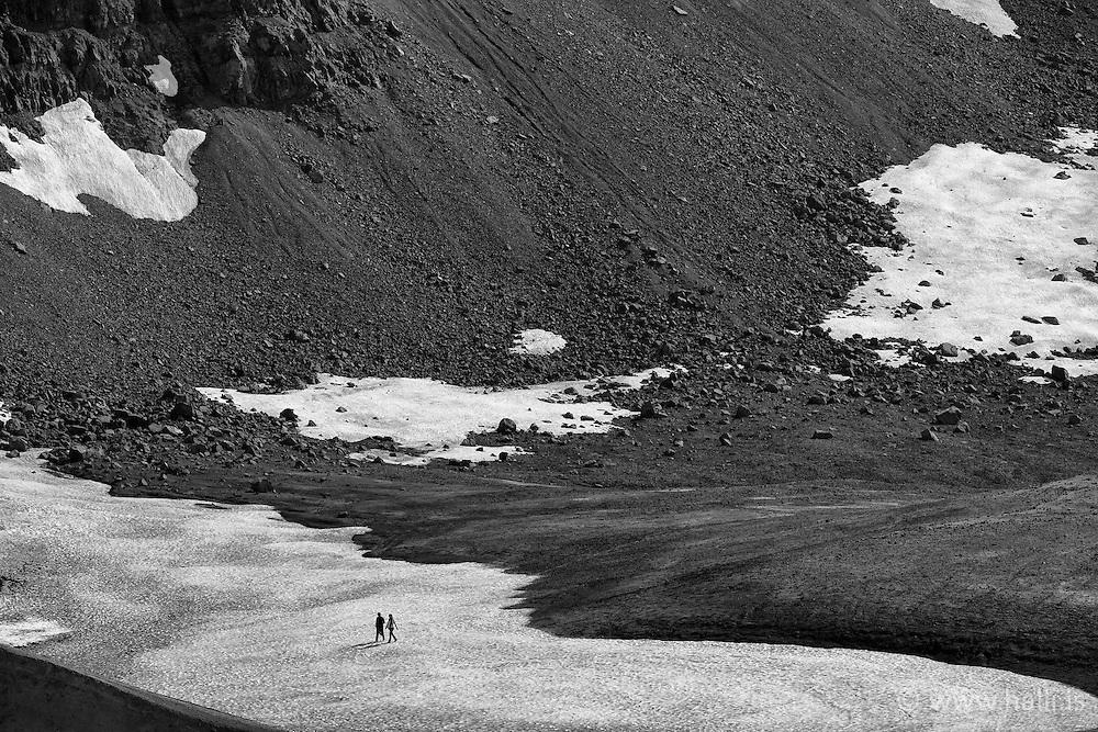 Tourists walking from Askja, in the highlands of Iceland - Ferðamenn við Öskju