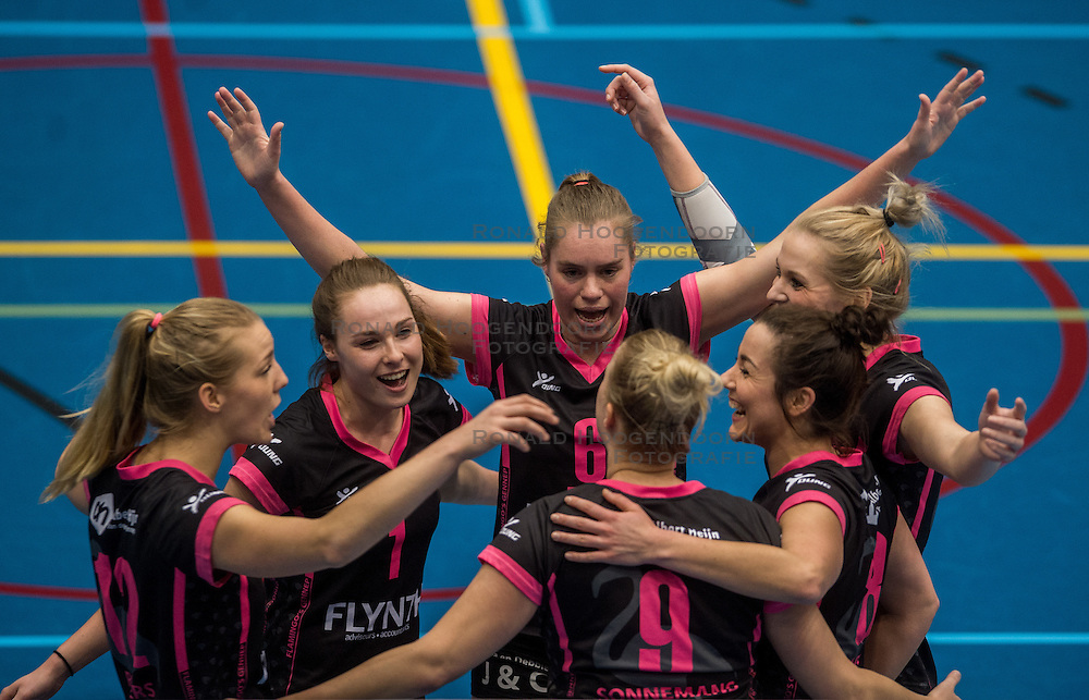 09-04-2016 NED: SV Dynamo - Flamingo's 56, Apeldoorn<br /> Flamingo's doet een goede stap naar het kampioenschap in de Topdivisie. Dynamo wordt met 3-0 verslagen / Rachel Feron #1 of Flamingo, Steffie Janshen #6 of Flamingo, Nynke Rovers #12 of Flamingo, Shannon Gerhardt #8 of Flamingo