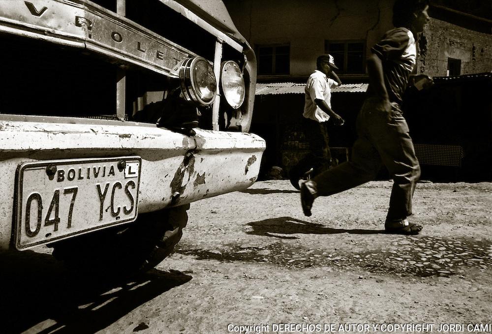 EL PARQUE MOVIL BOLIVIANO ESTA COMPUESTO EN SU<br /> MAYORIA  DE VIEJOS VEHICULOS DE IMPORTACION DE LOS QUE MUCHAS VECES ES DIFICIL CONSEGUIR RECAMBIOS.<br /> LOS YUNGAS .BOLIVIA. FOTO : JORDI CAMI