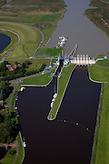 Nederland, Groningen, Oldambt, 08-09-2009; Sluizencomplex bij Nieuwe Statenzijl, op de grens met Duitsland. De spuisluizen zijn uitwaterende sluizen voor de Groninger Boezem, Waterschap Hunze en Aa's. Links de schutsluis tussen Westerwoldsche Aa en de Buiten Aa (geul door de Dollard). .Complex of locks in New Statenzijl, on the border with Germany, sluices and lock. Salt marsh and Waddensea..luchtfoto (toeslag); aerial photo (additional fee required); .foto Siebe Swart / photo Siebe Swart