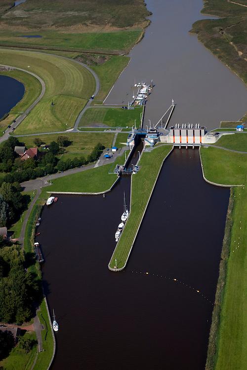 Nederland, Groningen, Oldambt, 08-09-2009; Sluizencomplex bij Nieuwe Statenzijl, op de grens met Duitsland. De spuisluizen zijn uitwaterende sluizen voor de Groninger Boezem, Waterschap Hunze en Aa's. Links de schutsluis tussen Westerwoldsche Aa en de Buiten Aa (geul door de Dollard). .Complex of locks in New Statenzijl, on the border with Germany, sluices and lock. Salt marsh and Waddensea..luchtfoto (toeslag); aerial photo (additional fee required); .foto Siebe Swart / photo Siebe Swart