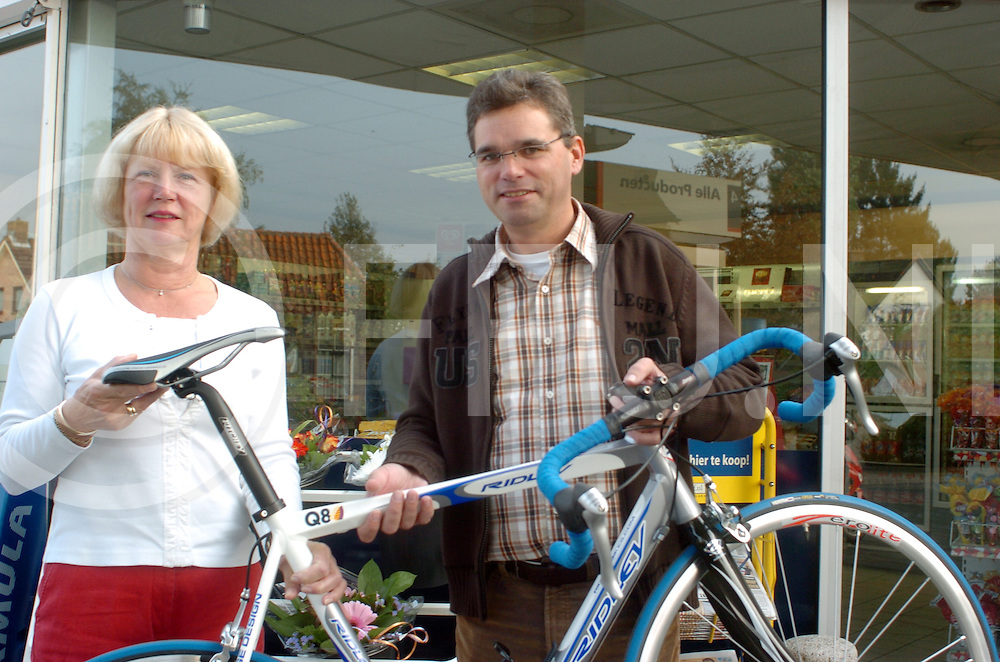 061014 Ommen Nederland<br /> Winnaar van prijsvraag krijgt fiets overhandigt van Meloia Rosenboom.(l)<br /> fotografie frank uijlenbroek&copy;2006 sanderuijlenbroek