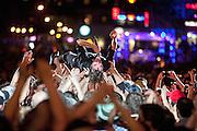 Le chanteur français Cali se fait porter par la foule de spectateurs, comme il le fait à tous ses spectacles, devant la grande scène des Francofolies de 2011.