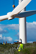 Hoisting of the hub and rotor blades for the erection of a new wind turbine