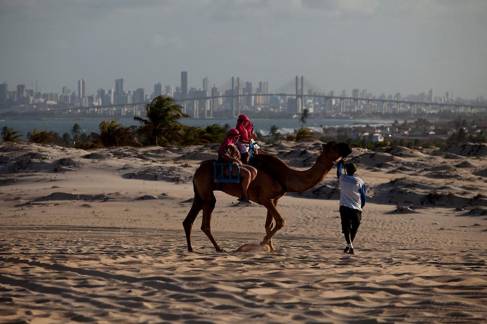 Extremoz_RN, Brasil...Na foto, passeio de dromedario nas dunas de Genipabu em Extremoz, Rio Grande do Norte...The dromedary ride in Genipabu dunes in Extremoz, Rio Grande do Norte...Foto: LEO DRUMOND / NITRO