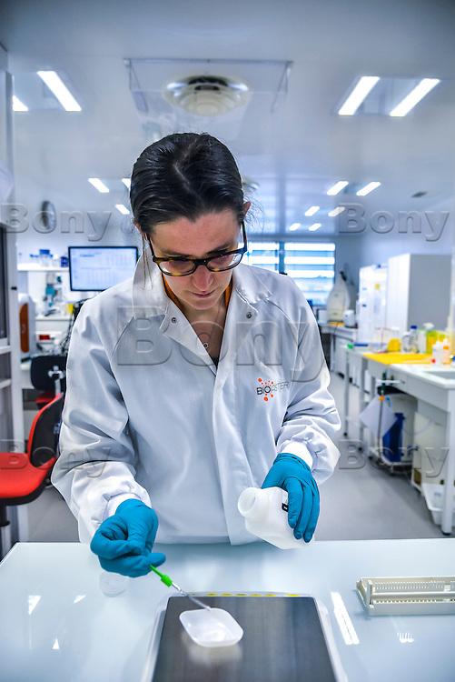 BIOASTER, le premier institut dedie a l'innovation technologique en microbiologie, pour favoriser et accelerer des projets innovants et ambitieux dans le domaine de la sante.<br /> <br /> Apres plusieurs mois de retard et l&rsquo;intervention de la ministre de la Recherche, l&rsquo;unique Institut de recherche technologique dedie a la sant&eacute; a enfin demarrer. <br /> Ses fondateurs, de prestigieux industriels, des organismes publics et un college de PME, devront collaborer ensemble sur des projets de recherche.Au lendemain de sa nomination comme 1er ministre, Bernard Cazeneuve avait visite le laboratoire.C&rsquo;est aujourd&rsquo;hui Najat VALLAUD-BELKACEM, ministre de l&rsquo;Education nationale, de l&rsquo;Enseignement superieur et de la Recherche, et Thierry MANDON, secretaire d&rsquo;Etat charge de l&rsquo;Enseignement superieur et de la Recherche, qui inauguraient cet IRT.<br /> Ils etaient accompagnes de Louis SCHWEITZER, commissaire general a l&rsquo;Investissement.<br /> BIOASTER s&rsquo;inscrit dans une optique de developpement economique et industriel. <br /> Il a pour ambition d&rsquo;ancrer les industries de la sante sur le territoire national, de faire emerger des Entreprises de Taille Intermediaire (ETI) et de contribuer a la formation de personnels specialises, avec a terme, plusieurs centaines de chercheurs sur les filieres biotechnologiques de demain pour repondre aux enjeux de sante publique.<br /> <br /> La Fondation de Cooperation Scientifique BIOASTER  est composee de 8 membres Fondateurs : Lyonbiopole et l&rsquo;Institut Pasteur, Sanofi, Institut Merieux, Danone Research, l&rsquo;INSERM, le CNRS, le CEA. <br /> Le Conseil d&rsquo;Administration constitutif de la Fondation de Cooperation Scientifique BIOASTER est elu pour une duree de 3 ans renouvelable :<br /> <br /> President : Alain M&eacute;rieux, President de l&rsquo;Institut Merieux - <br /> Vice-President : Philippe Archinard, President de Lyonbiopole, PDG de Transgene Secretaire : I