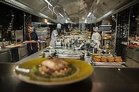 Pens&eacute;e comme un &laquo; lieu social &raquo; favorisant les rencontres,  avec sa cuisine ouverte, son espace priv&eacute;, son bar, sa vinoteca et sa terrasse, la brasserie FR\AME se distingue par la cr&eacute;ativit&eacute; du chef Andrew Wigger et la vision intemporelle de l&rsquo;architecte d&rsquo;int&eacute;rieur et sc&eacute;nographe Christophe Pillet.<br /> &Agrave; eux deux, ils ont r&eacute;ussi &agrave; transposer l&rsquo;esprit West Coast dans un environnement parisien.<br /> C'est &eacute;galement le plus grand potager parisien avec, en plus, ses poules et ses abeilles.<br /> Directement du producteur au consommateur.<br /> Left: Andrew Wigger