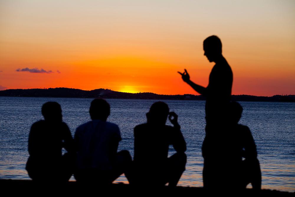 Salvador_BA, Brasil.<br /> <br /> Pessoas observam por do sol na Baia de todos os santos em Salvador, Bahia.<br /> <br /> People watching the sunset at the Baia de Todos os Santos (All Saints Bay) in Salvador, Bahia.<br /> <br /> Foto: RODRIGO LIMA / NITRO.